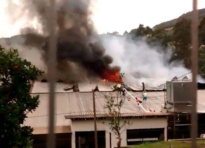 Sete pessoas são internadas após incêndio atingir frigorífico em Erval Velho