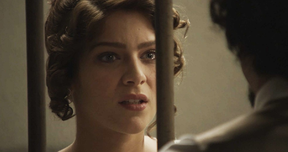 Charlotte procura Uirapuru na cadeia (Foto: TV Globo)