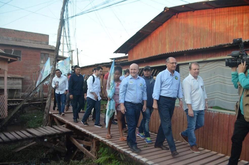 O candidato do PSDB à Presidência, Geraldo Alckmin, durante visita ao bairro Nova Esperança, em Macapá (AP) — Foto: John Pacheco/G1
