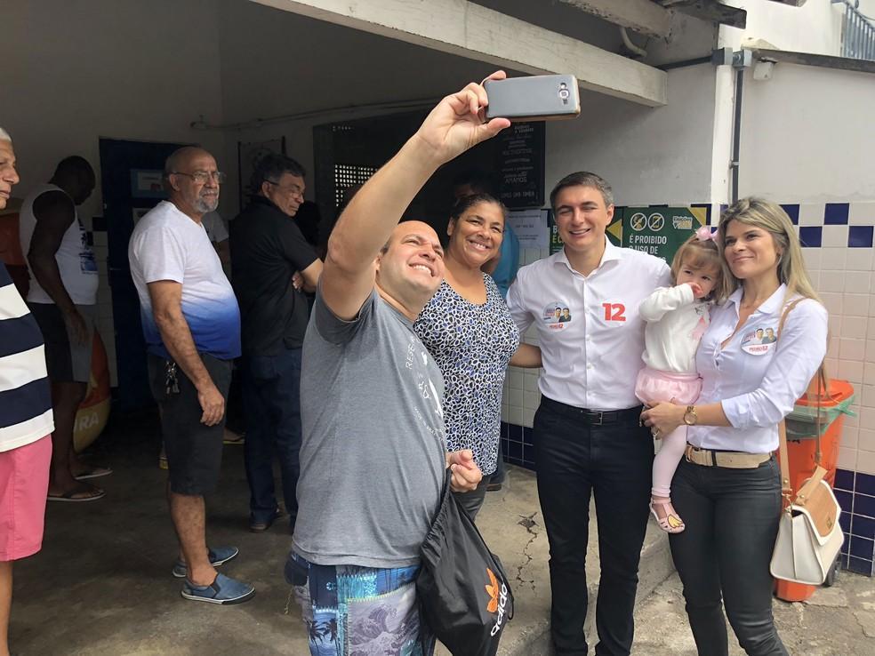 O candidato Pedro Fernandes chegou em seção eleitoral de Irajá, na Zona Norte do Rio, acompanhado da família — Foto: Bruno Albernaz / G1