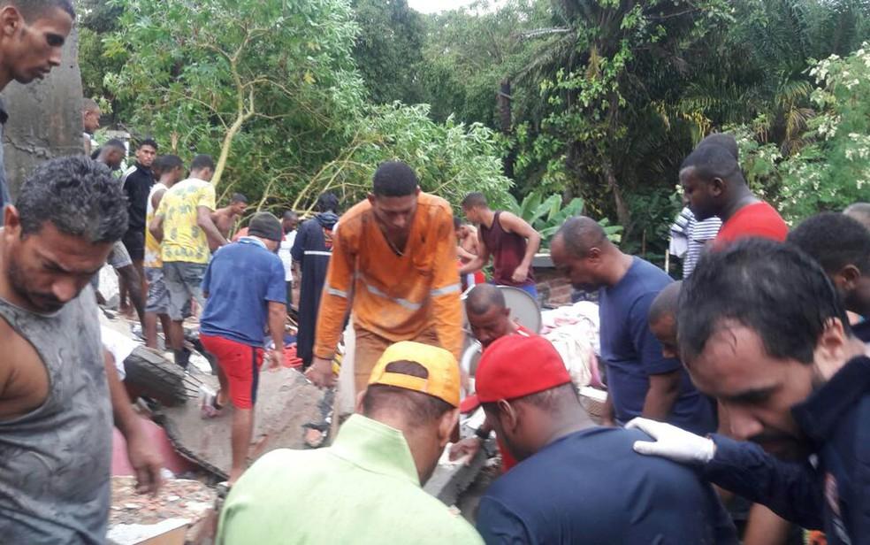 Desabamento ocorreu na manhã desta terça-feira, em Salvador (Foto: Vanderson Nascimento/ TV Bahia)