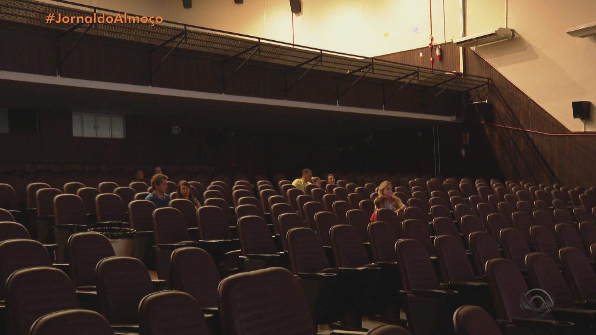 Com até 25% da ocupação, cinema funciona durante a pandemia do coronavírus em Santa Rosa