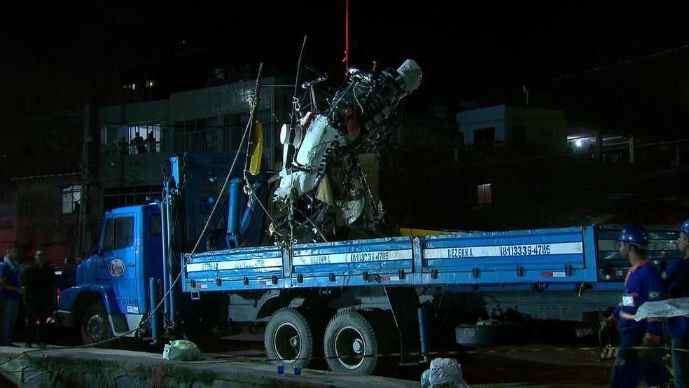 Caminhão levou fusilagem do Globocop para perícia na Base Aérea da Aeronáutica (Foto: Reprodução/TV Globo)