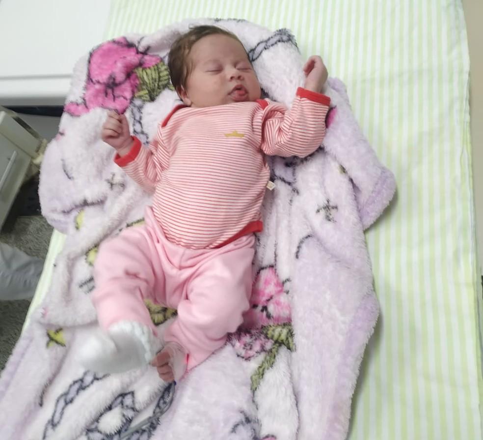 Bebê estava engasgada e foi socorrida por policiais — Foto: Polícia Militar Rodoviária