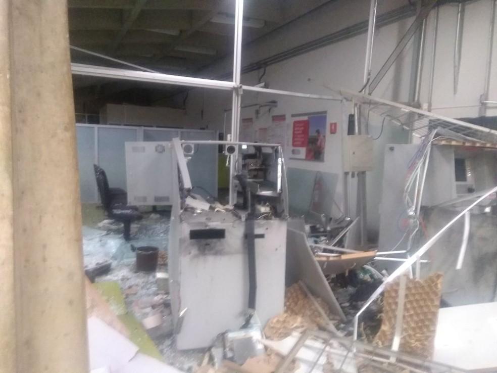 Interior dos bancos ficaram destruídos com a explosão (Foto: Polícia Civil/Dois Córregos)