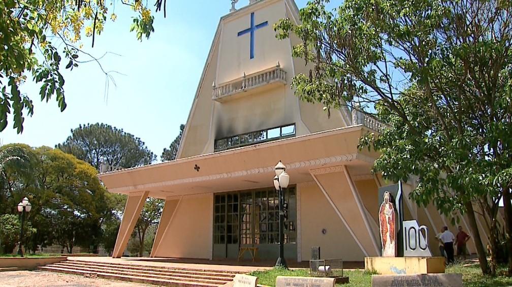 ... Fachada da igreja matriz de Guariba resistiu ao incêndio — Foto   Antônio Luiz EPTV 5d4620d1dd8