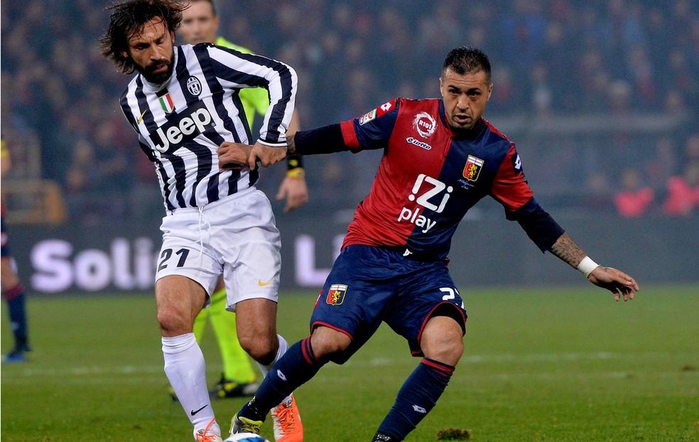 Matuzalém, pelo Genoa, em duelo contra Pirlo, na Itália — Foto: Agência EFE