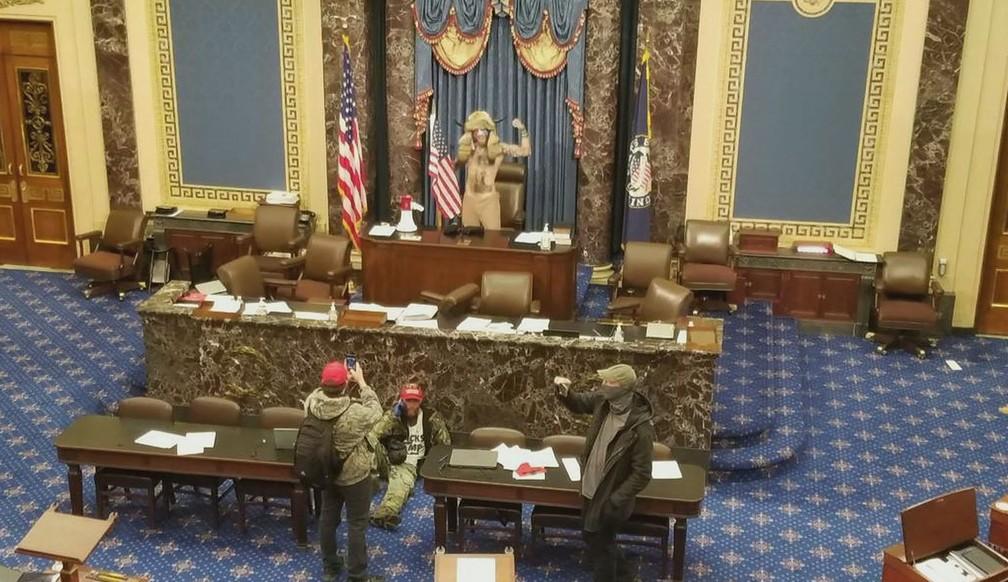 Apoiador de Trump invade Congresso dos EUA — Foto: Reprodução/GloboNews