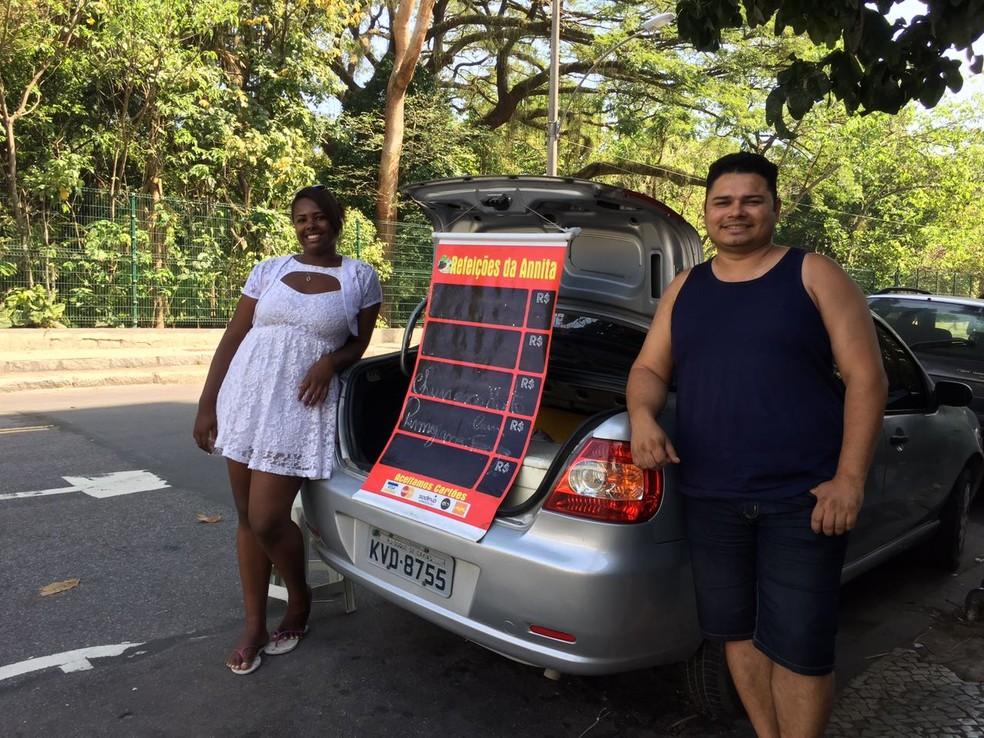 Sem emprego, Francisco e a família passaram preparar marmitas em casa para vendê-las na rua (Foto: Daniel Silveira/G1)