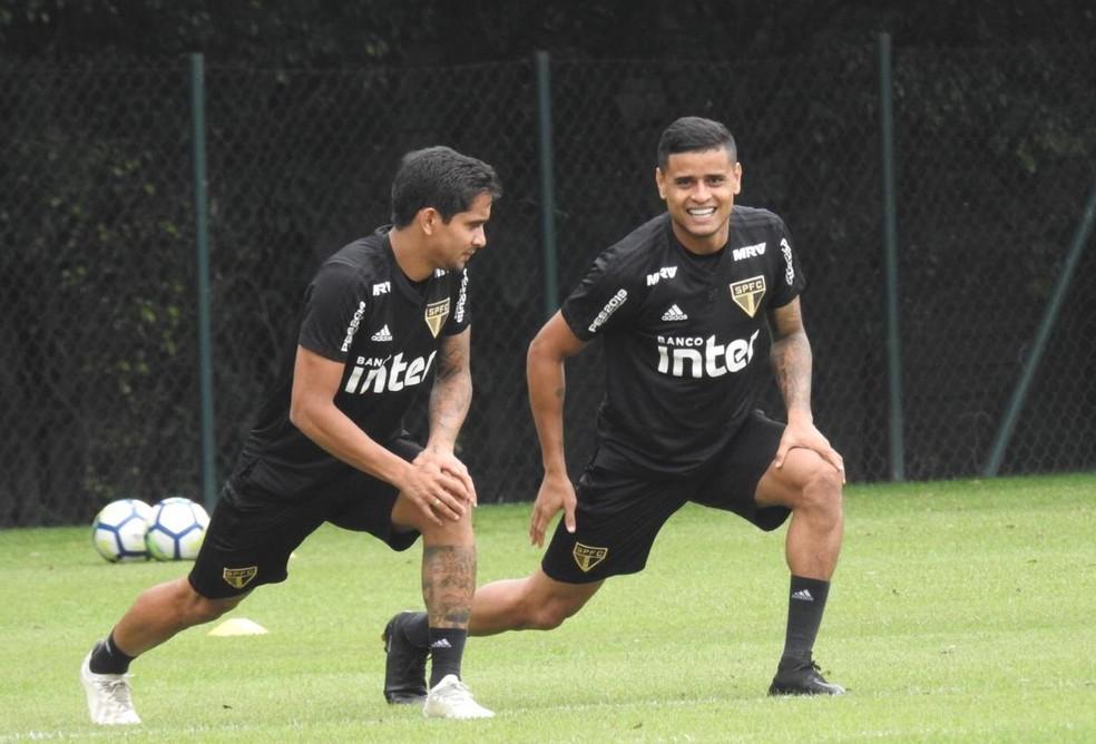 Everton Felipe (à esq.) faz aquecimento com Everton no CT do São Paulo — Foto: Marcelo Hazan