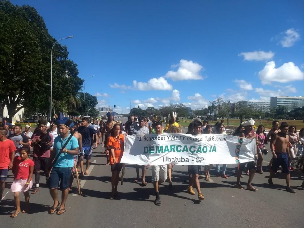 Indígenas do 15º Acampamento Terra Livre com faixas em marcha na Esplanada dos Ministérios — Foto: Marília Marques/G1DF