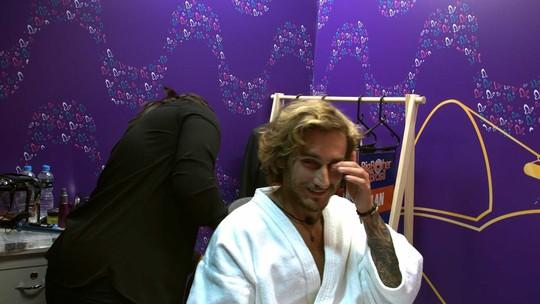 Sisters brincam sobre Alan ter raspado o cabelo e Carolina diz: 'Ele não é louco'