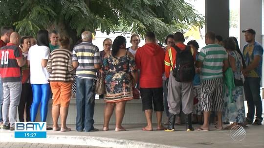 Vítimas de acidente entre carreta e van que deixou 8 mortos na BA-502 são enterradas na Bahia