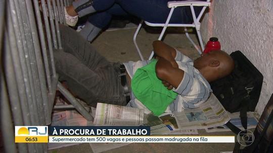 Na busca por emprego, centenas de pessoas madrugam em fila no Rio