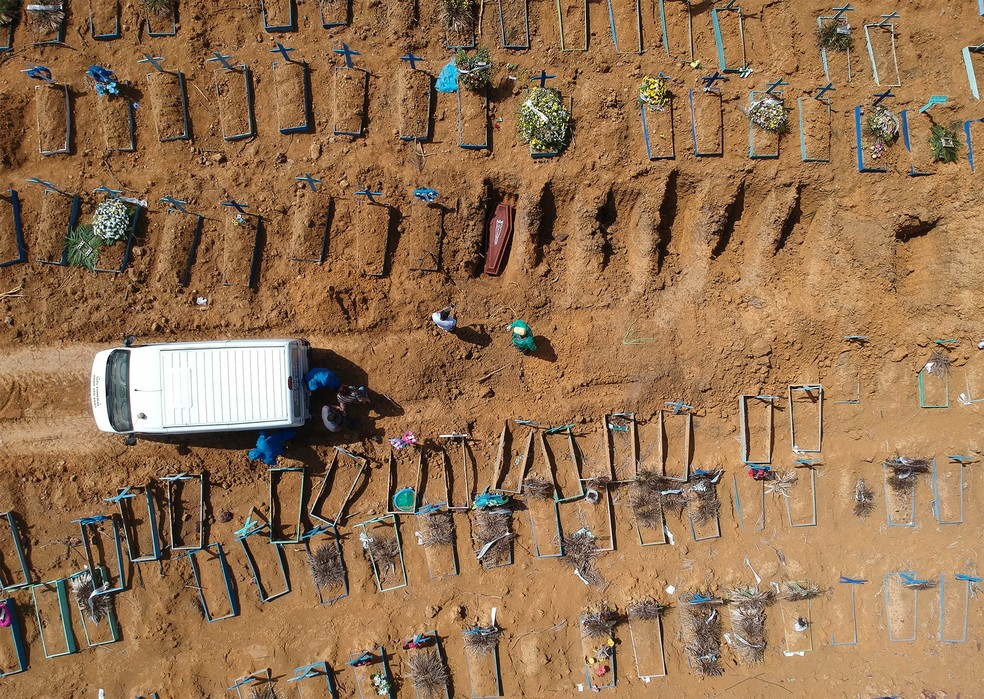 Enterros de vítimas de Covid-19 na manhã desta quarta-feira (6), no cemitério Nossa Senhora Aparecida em Manaus (AM) — Foto: Sandro Pereira/Fotoarena/Estadão Conteúdo