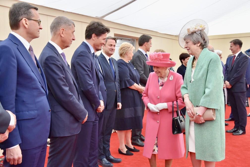 Rainha Elizabeth II cumprimenta líderes mundiais junto com a primeira-ministra britânica, Theresa May, durante cerimônias do Dia D em Portsmouth, na Inglaterra, nesta quarta-feira (5). — Foto: Reprodução Twitter/Família real britânica