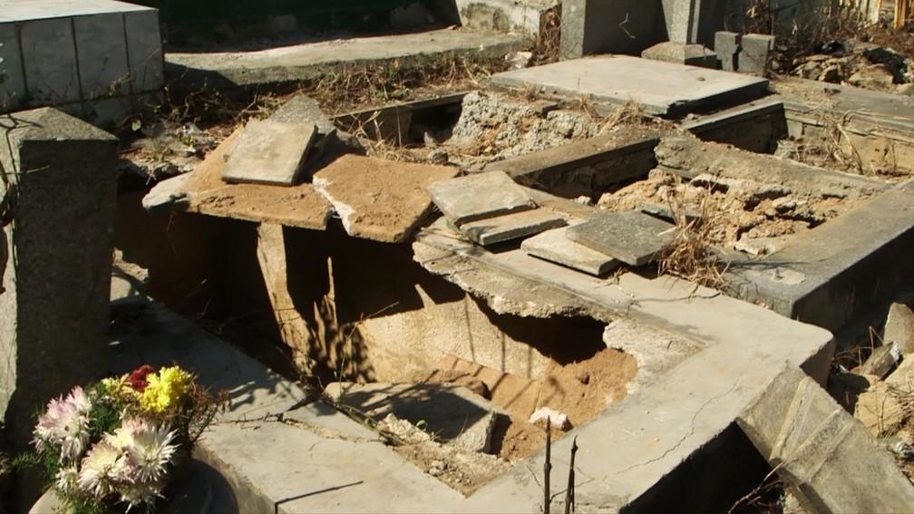 Tumulo vandalizado em cemitério na Venezuela — Foto: BBC