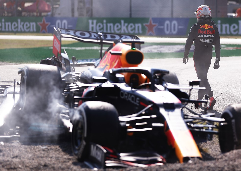 De costas para os carros na brita, Max Verstappen volta caminhando aos boxes após o acidente — Foto: Lars Baron/Getty Images