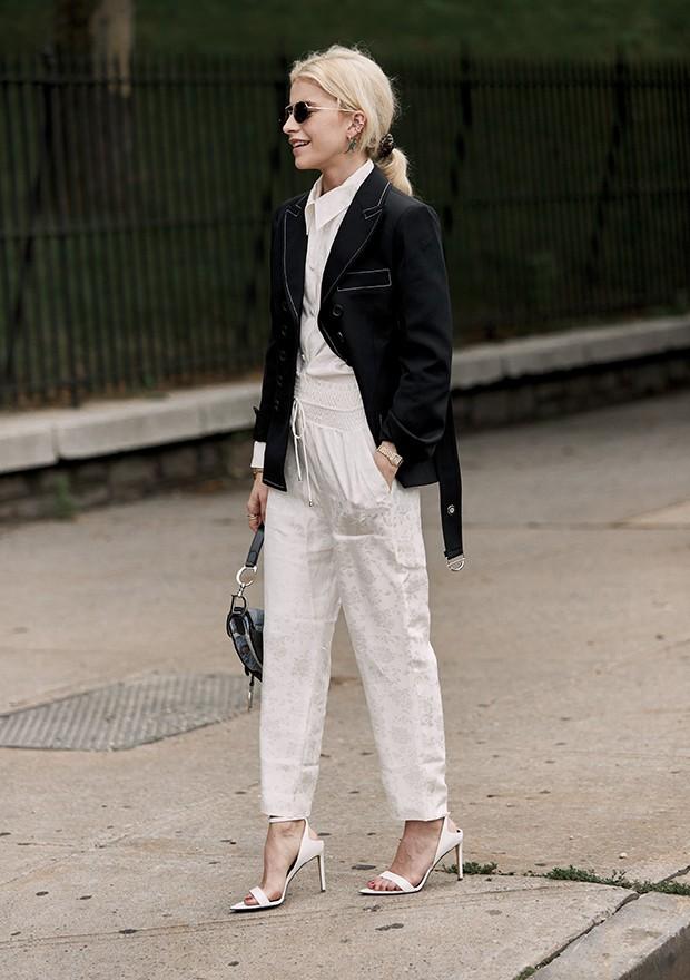 A calça de alfaiataria deixa o visual uma cara mais profissional e elegante (Foto: Imaxtree)