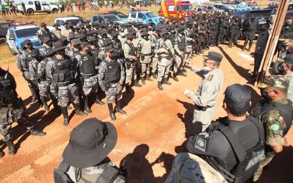 Policiais recebem orientações para as buscas por Lázaro Barbosa, em Goiás — Foto: Fábio Lima/O Popular