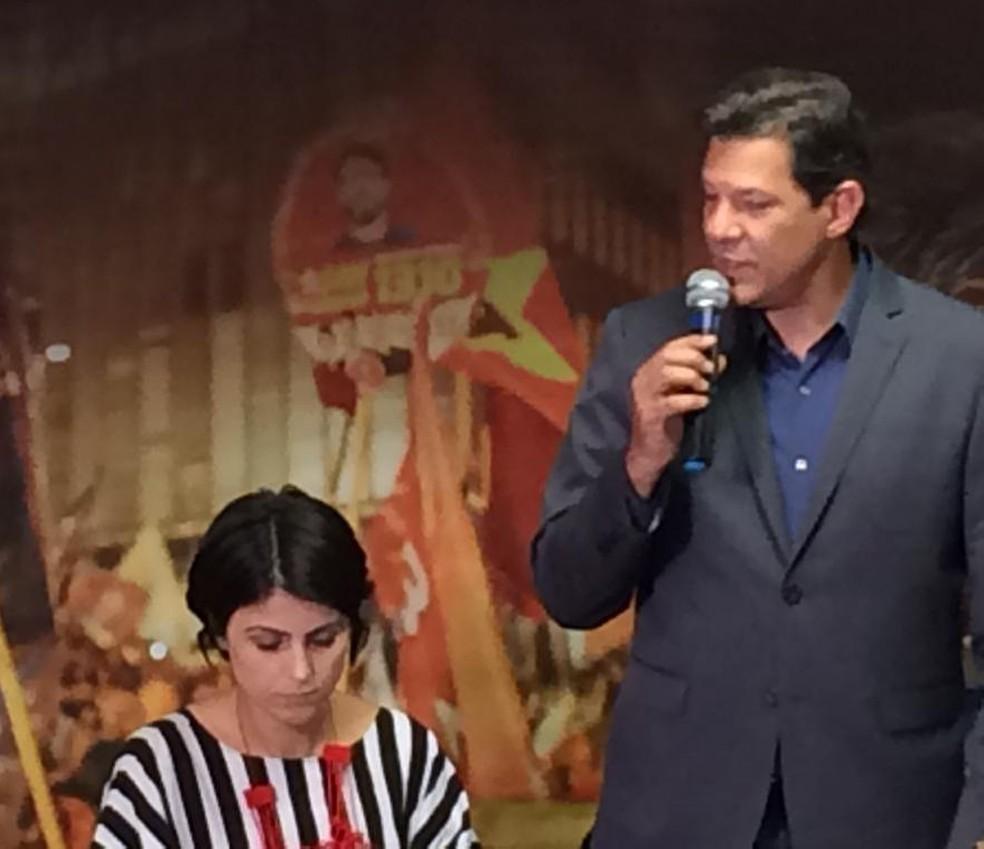 Haddad participou de reunião em São Paulo ao lado da candidata a vice na sua chapa, Manuela D'Ávila — Foto: Bárbara Muniz Vieira/G1