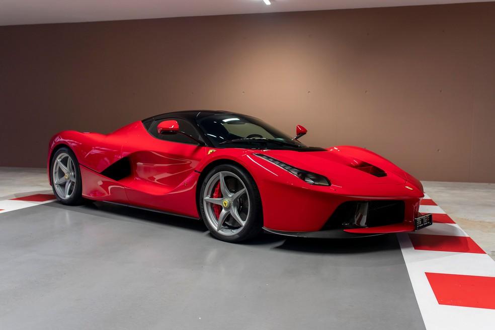 Sebastian Vettel vendeu também o primeiro hipercarro da marca italiana — Foto: Divulgação