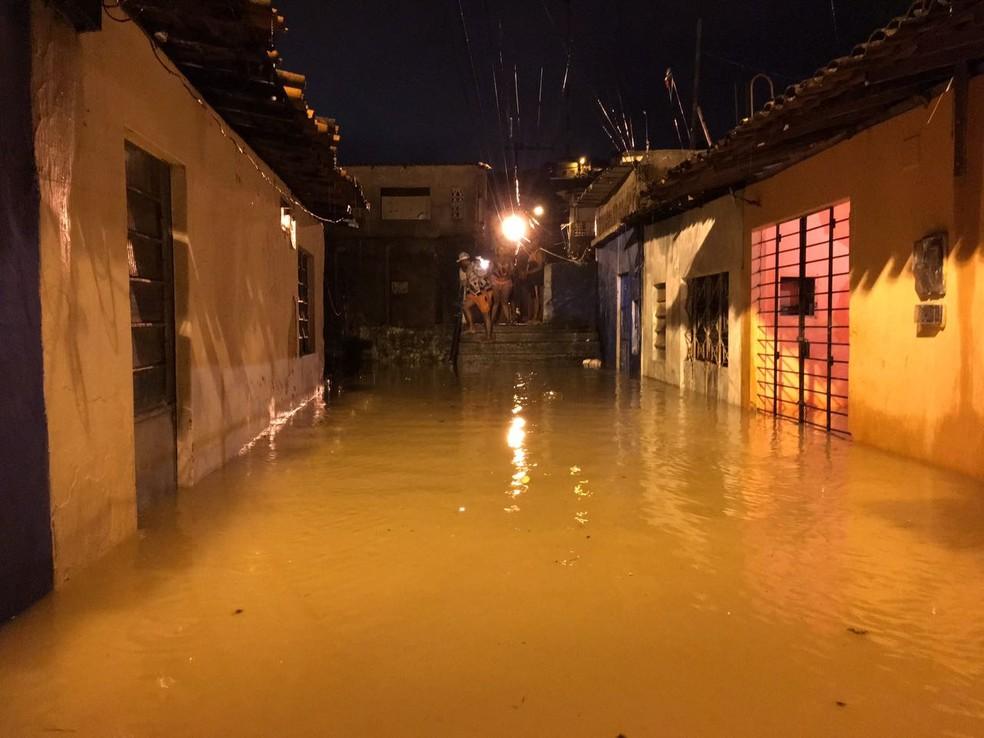 Chuva causou inundação de ruas e casas em Jaboatão dos Guararapes (Foto: Reprodução/WhatsApp)