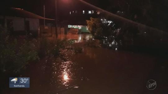 Forte chuva derruba árvores, destelha casas e provoca enchente em Cristina, MG