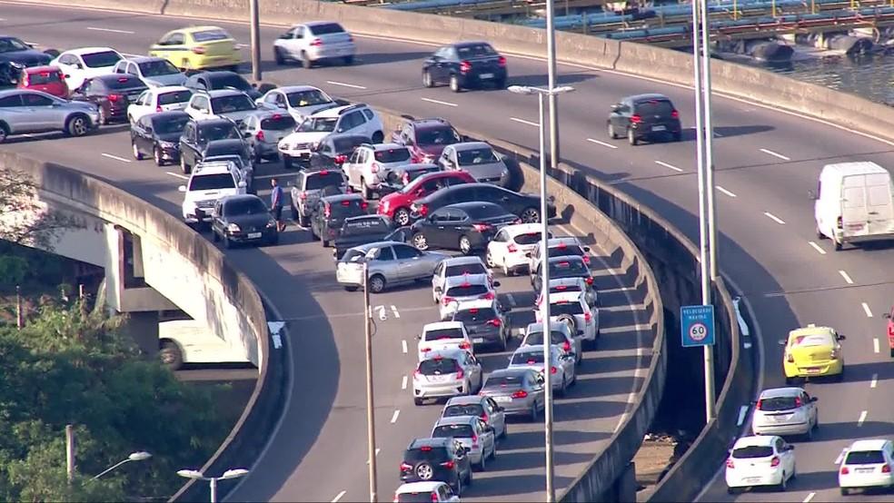 Motoristas voltam na contramão na Linha Amarela, na Zona Oeste do Rio — Foto: Reprodução/ TV Globo