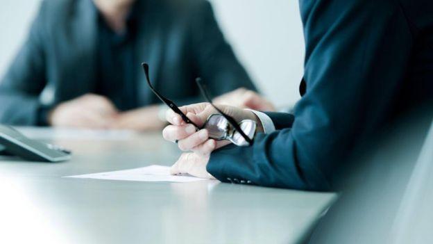 Em pesquisa, 37% dos empregadores estavam insatisfeitos com o nível de instrução e escrita entre os que abandonaram escolas e universidades (Foto: Getty Images via BBC News Brasil)
