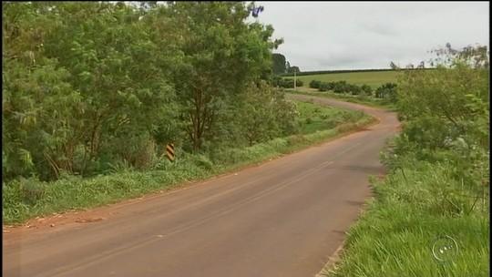 Família fica ferida após carro cair em açude de Itaí