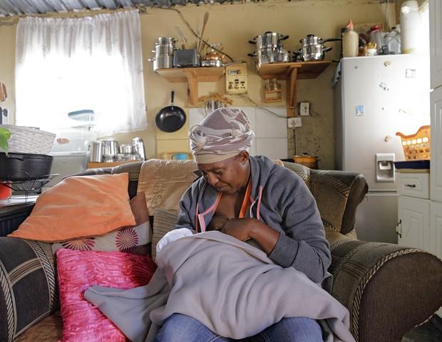 Mulher amamenta seu filho na África do Sul (Foto: Tina Boyadjieva )