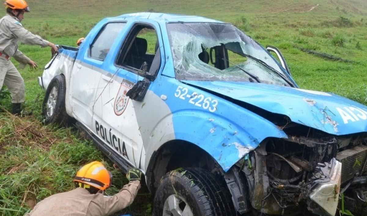 Policiais ficam feridos em acidente com viatura na RJ-214, em Varre-Sai