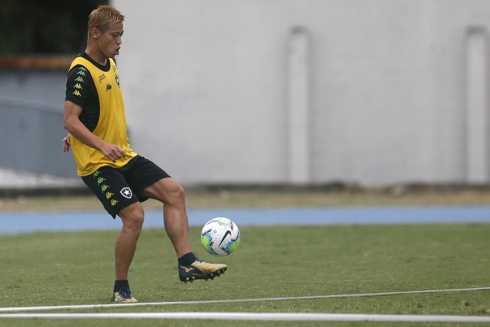 Honda já treina com o elenco desde o início de fevereiro, mas ainda não entrou em campo — Foto: Vitor Silva/Botafogo