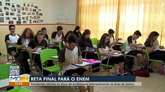 Em Barbacena, professores da área de exatas dão orientações para estudantes que fazem Enem