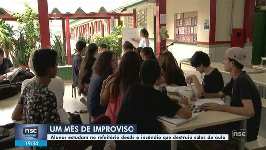 Mais de um mês após incêndio, alunos de escola em Camboriú seguem com aulas em espaços improvisados