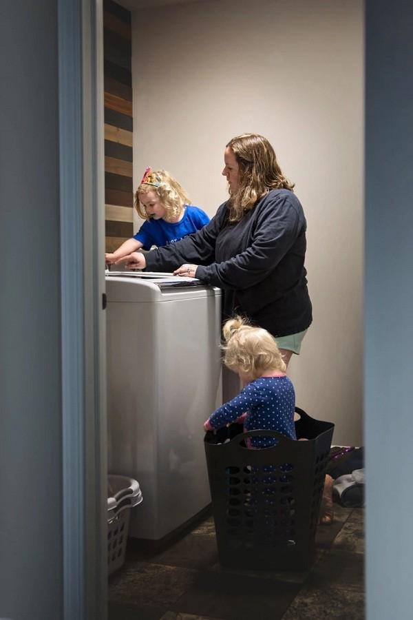 Mãe tenta lavar a roupa com criança em cima da máquina de lavar e outra dentro do cesto (Foto: Reprodução/Pictures By GG)