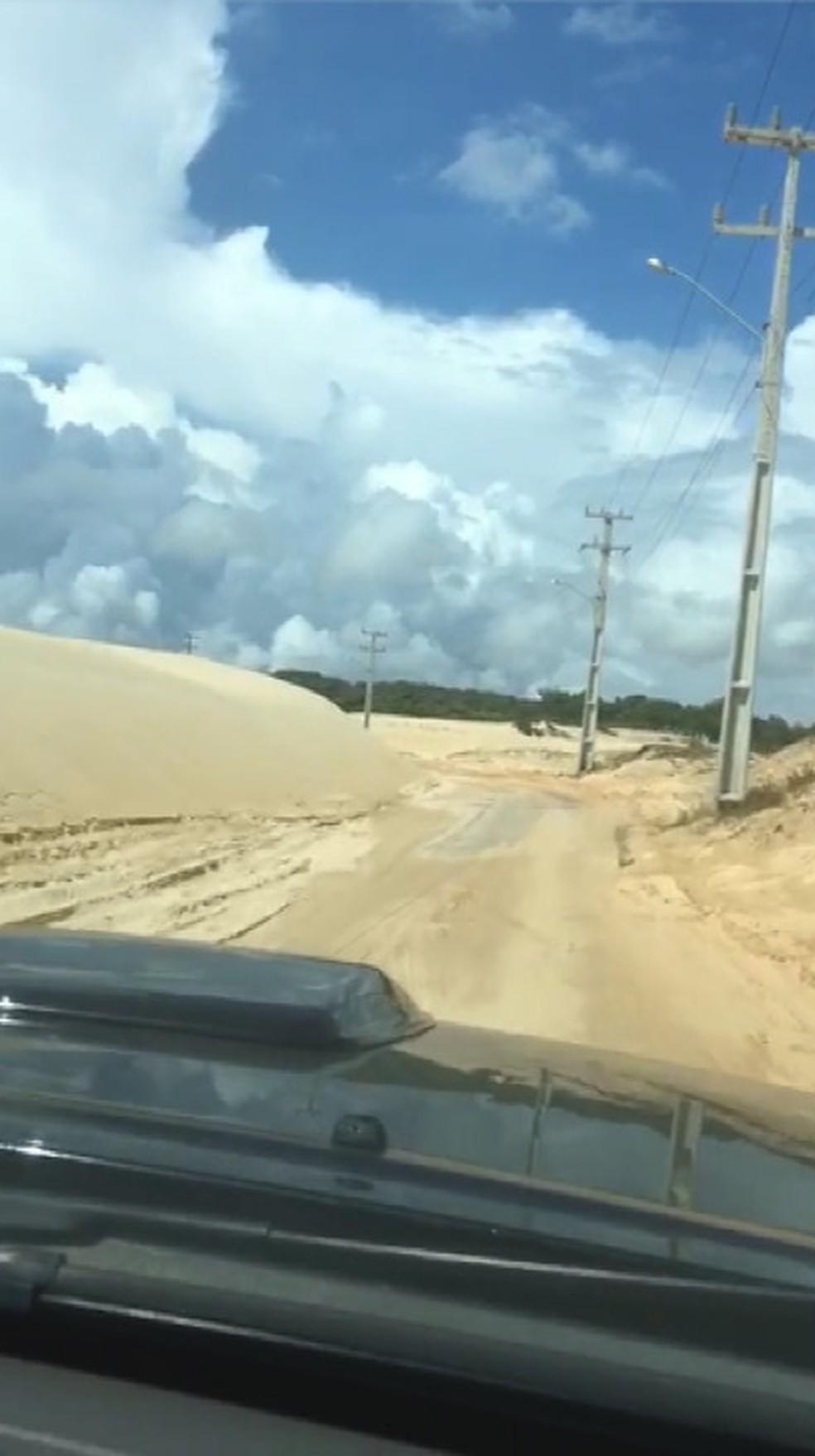 Construída entre dunas, estrada de Pitangui é tomada pela areia no RN — Foto: Reprodução