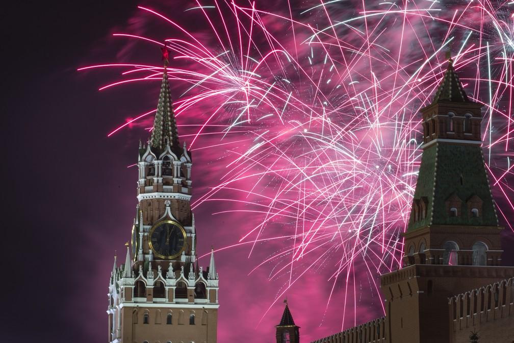 Fogos explodem sobre o Kremlin, em Moscou, durante celebrações na quarta-feira (1º). — Foto: Denis Tyrin/AP