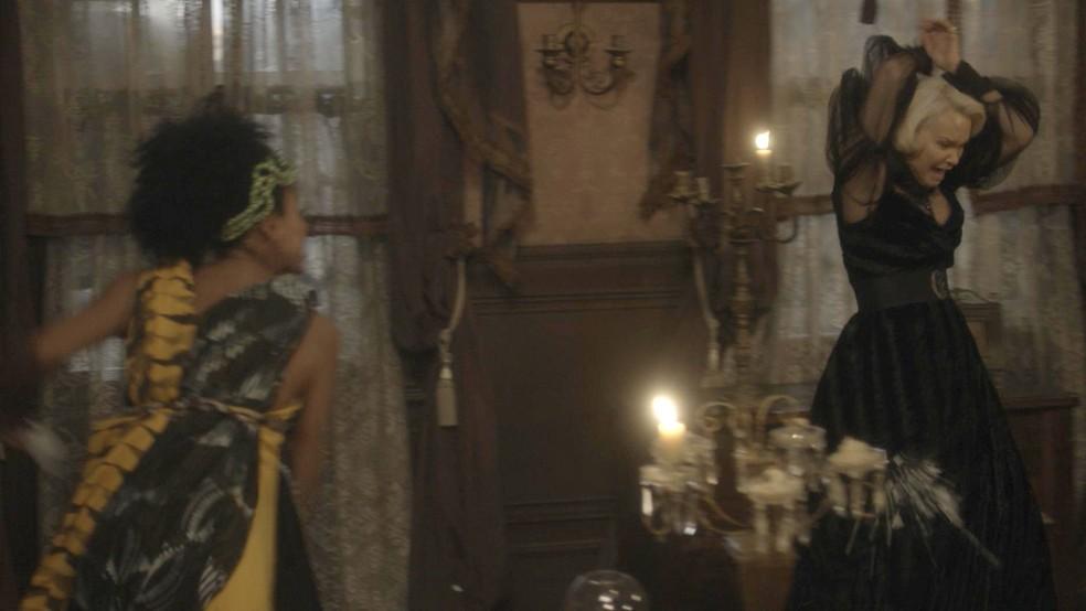 Diara (Sheron Menezzes) acusa Greta (Julia Lemmertz) de estar matando Wolfgang (Jonas Bloch), em 'Novo Mundo' — Foto: TV Globo