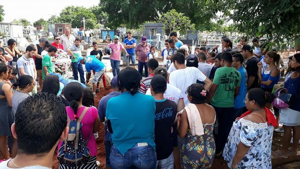 Corpo de estudante é enterrado em Araguaína (Foto: Mariano Soares/Divulgação)