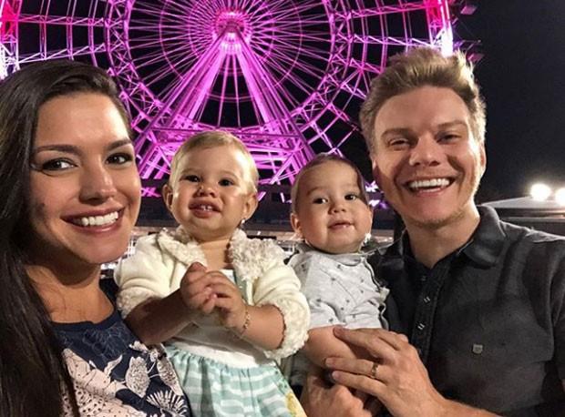 Tatá Fersoza com os filhos Melinda e Teodoro e Michel Teló (Foto: Reprodução Instagram)