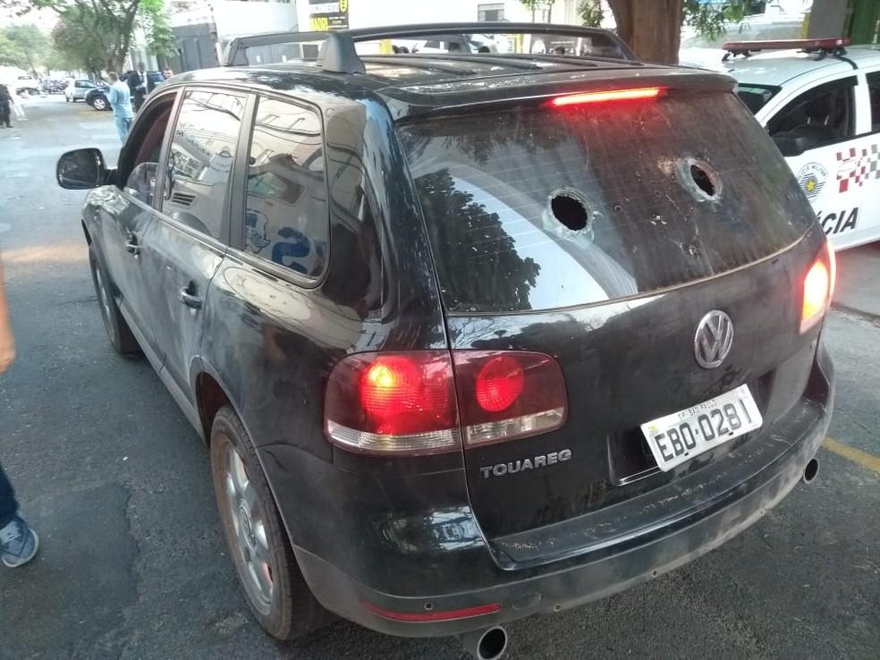 Veículo utilizado pelos criminosos no assalto a Viracopos é levado até a sede da Polícia Federal em Campinas (SP) — Foto: Marcello Carvalho/G1 Campinas