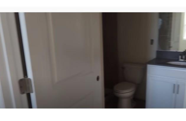 Simone mostra banheiro da suíte de hóspedes (Foto: Reprodução/Youtube)