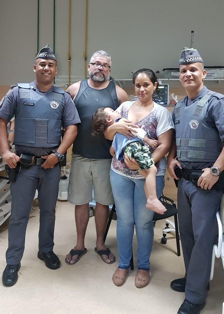 Policiais salvam bebê que parou de respirar ao se engasgar: 'Caíram do céu' - Noticias