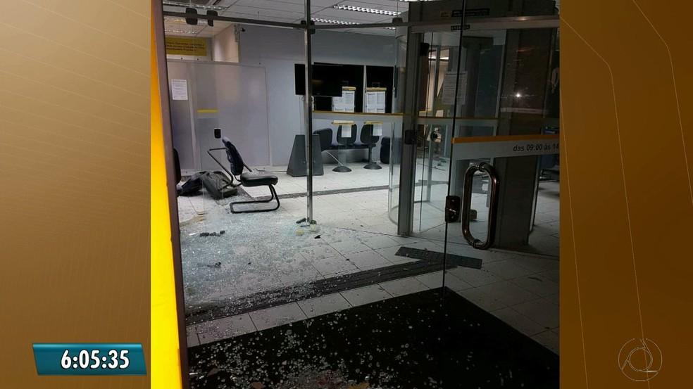 Banco foi explodido na madrugada do dia 21 de fevereiro, em Salgado de São Félix, na PB  (Foto: Reprodução/TV Cabo Branco)