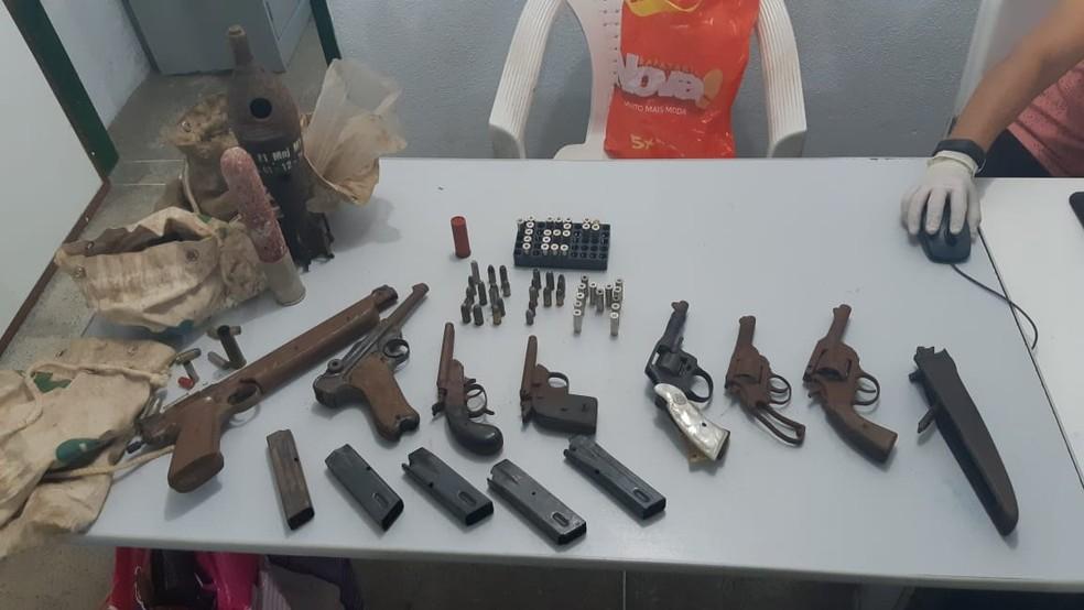 Polícia apreende armas, munições e lançador de granada em residência na Grande Fortaleza. — Foto: PM/ Divulgação