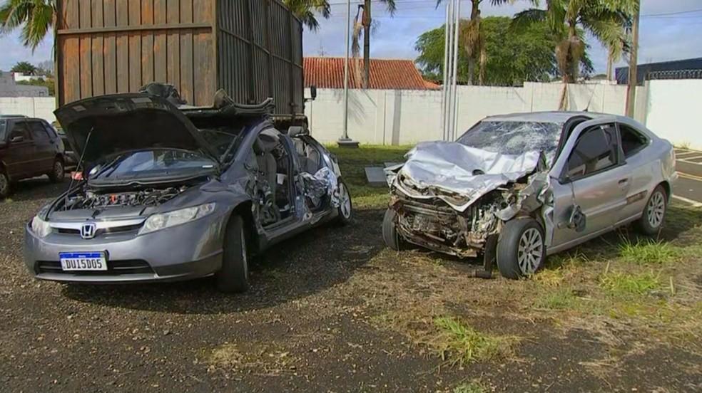 Carros ficaram destruídos em acidente na Rodovia Raposo Tavares, em Itapetininga (SP) — Foto: Reprodução/TV TEM
