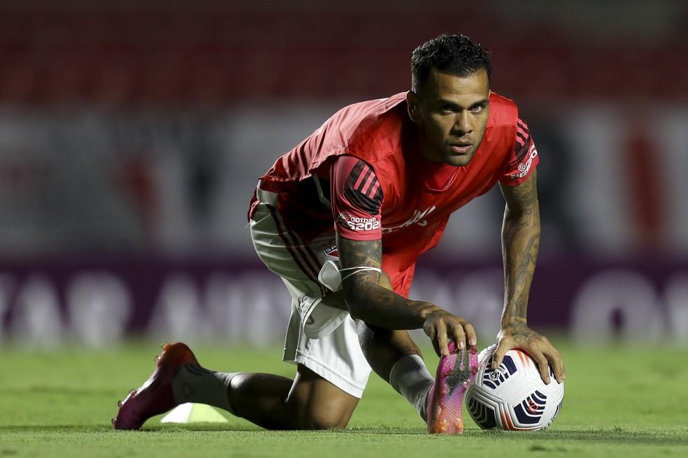 Daniel Alves no aquecimento de São Paulo x Rentistas — Foto: Staff Images / CONMEBOL