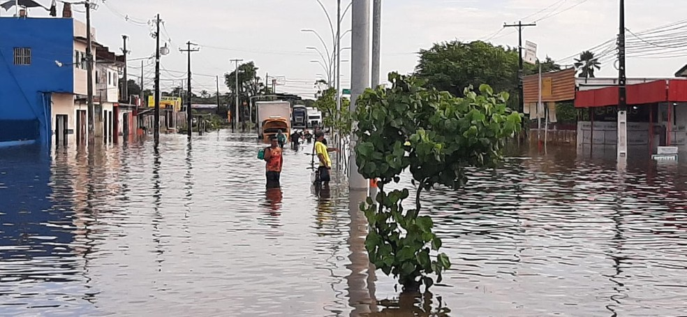 Caminhão teve problemas no meio da Avenida Recife, na Zona Sul do Recife, e não conseguiu sair de dentro da água — Foto: Reprodução/TV Globo